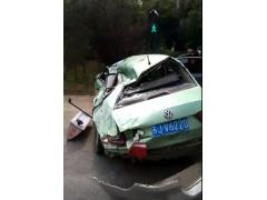突发事故:风电叶片运输途中从卡车上滑落  砸毁路过出租车